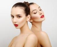 Härliga sexiga unga kvinnor för stående två royaltyfri bild