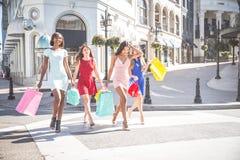 härliga shoppingkvinnor arkivbilder