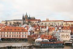 Härliga sikter av den gamla staden med den Charles bron i Prague, Tjeckien Royaltyfri Bild