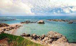 Härliga sikter av havet och den steniga kusten av Cypern med en molnig himmel på en solig dag Horisontalramen Fotografering för Bildbyråer