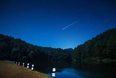 Härliga sikter av naturen på natten med skyttestjärnan i den nordliga Thailand fördämningen royaltyfria foton
