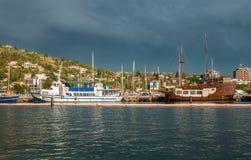 Härliga sikter av stranden med skepp i Portoroz Slovenien Royaltyfri Foto