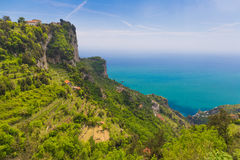 Härliga sikter från banan av gudarna med fält för citronträd, Amalfi kust, Campagnia region, Italien Arkivfoton