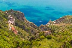 Härliga sikter från banan av gudarna med fält för citronträd, Amalfi kust, Campagnia region, Italien Royaltyfri Bild