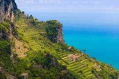 Härliga sikter från banan av gudarna med fält för citronträd, Amalfi kust, Campagnia region, Italien Arkivfoto