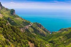 Härliga sikter från banan av gudarna med fält för citronträd, Amalfi kust, Campagnia region, Italien Royaltyfria Bilder