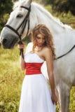 Härliga sinnliga kvinnor med den vita hästen Arkivbilder