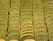 Härliga skivor av specialt diet-bröd av wholemeal pudrar Arkivbilder