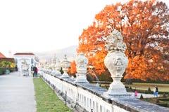 Härliga skulpturer på en trädgård i Cesky Krumlov Royaltyfri Fotografi