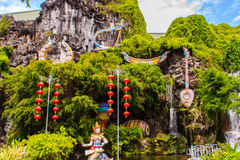 Härliga skulpturer på ingången av den Phuket fantaseaen Arkivfoton