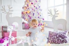 Härliga små behandla som ett barn firar jul Ferier för ` s för nytt år Sötsaken behandla som ett barn flickan i den gulliga klänn Royaltyfri Bild