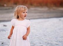 Härliga små behandla som ett barn flickan royaltyfri foto