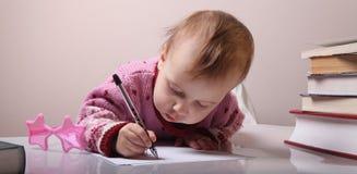 Härliga små behandla som ett barn flickan skrivar brevet Royaltyfri Foto
