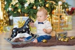 Härliga små behandla som ett barn pojken firar jul Ferier för ` s för nytt år Behandla som ett barn i tillfällig kläder för en ju Arkivfoton