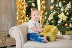 Härliga små behandla som ett barn pojken firar jul Ferier för ` s för nytt år Behandla som ett barn i tillfällig kläder för en ju Royaltyfri Bild