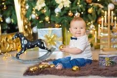 Härliga små behandla som ett barn pojken firar jul Ferier för ` s för nytt år Behandla som ett barn i tillfällig kläder för en ju Royaltyfri Foto