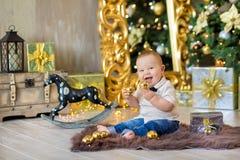 Härliga små behandla som ett barn pojken firar jul Ferier för ` s för nytt år Behandla som ett barn i tillfällig kläder för en ju Arkivbild