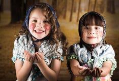 Härliga små flickor som kläs som ett traditionellt Arkivbilder