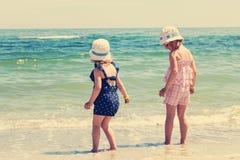 Härliga små flickor (systrar) kör och spelar Royaltyfria Foton