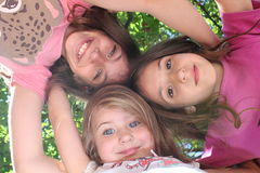 Härliga små systrar har gyckel Royaltyfri Foto