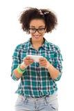 Härliga sms för tonårs- flicka för afrikansk amerikan smsande Fotografering för Bildbyråer