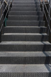 Härliga smutsiga metalliska moment i en trappuppgång Arkivbild
