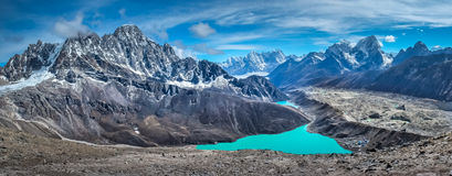 Härliga snö-korkade berg med sjön Arkivbilder