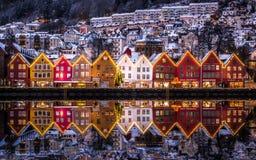 Härliga snöig Bryggen, en plats för UNESCOvärldskulturarv och en berömd turist- destination i Bergen, Hordaland, Norge royaltyfri foto