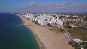 Härliga sned bollstränder och vit arkitektur i Quarteira, Algarve, Portugal lager videofilmer