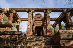 Härliga sned forntida Jain tempel som konstrueras i den 6th århundradeANNONSEN i Osian, Indien Arkivfoto