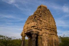 Härliga sned forntida Jain tempel som konstrueras i den 6th århundradeANNONSEN i Osian, Indien Royaltyfri Bild