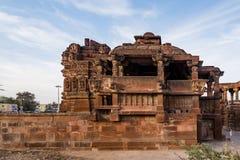 Härliga sned forntida Jain tempel som konstrueras i den 6th århundradeANNONSEN i Osian, Indien Arkivfoton
