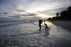 Härliga solnedgångbilder på stranden Royaltyfri Bild