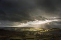 Härliga solstrålar över stor hed i det maximala områdeslandskapet fotografering för bildbyråer