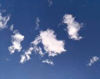 Härliga spets- moln mot blå himmel royaltyfri foto