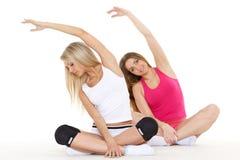 Sportiga kvinnor gör övar. Kondition. Royaltyfri Fotografi