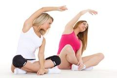 Sportiga kvinnor gör övar. Kondition. Fotografering för Bildbyråer