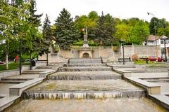 Härliga springbrunnar i centrum av den moderna staden Ramnicu Valcea Europeisk loppdestination Ramnicu Valcea, Rumänien - 05 06 arkivbild