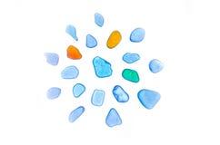 Härliga stenar, havsexponeringsglas, strandexponeringsglas isolerat Arkivfoton