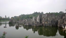 Härliga stenar i vattnet Arkivfoto