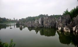 Härliga stenar i vattnet Arkivbilder