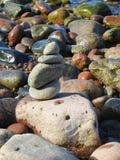 Härliga stenar på havskusten, Litauen Arkivfoto