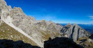 Härliga steniga berg Dolomiti di Brenta, Italien Arkivbilder