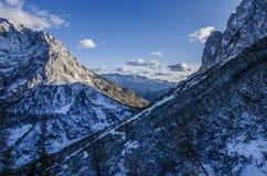 Härliga steniga berg som täckas i snö fotografering för bildbyråer