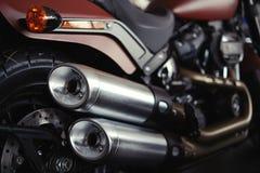 Härliga stilfulla avgasrörrör av en modern motorcykel, raksträcka Royaltyfri Fotografi