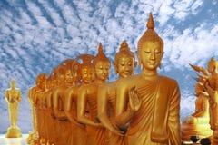 Härliga stora buddha bilder går till den rader avsmalnade bunken Arkivfoton