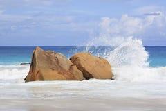 Härliga stora granitstenblock i Indiska oceanen Arkivbilder
