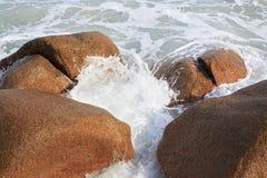 Härliga stora granitstenblock i Indiska oceanen Arkivfoton
