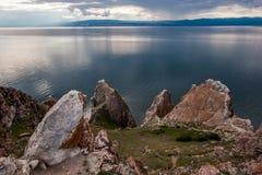 Härliga stora stenar på bakgrunden av Lake Baikal royaltyfri foto