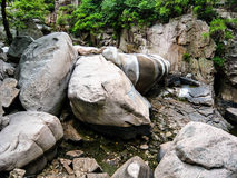 Härliga stora stenar som naturbakgrund Arkivbild